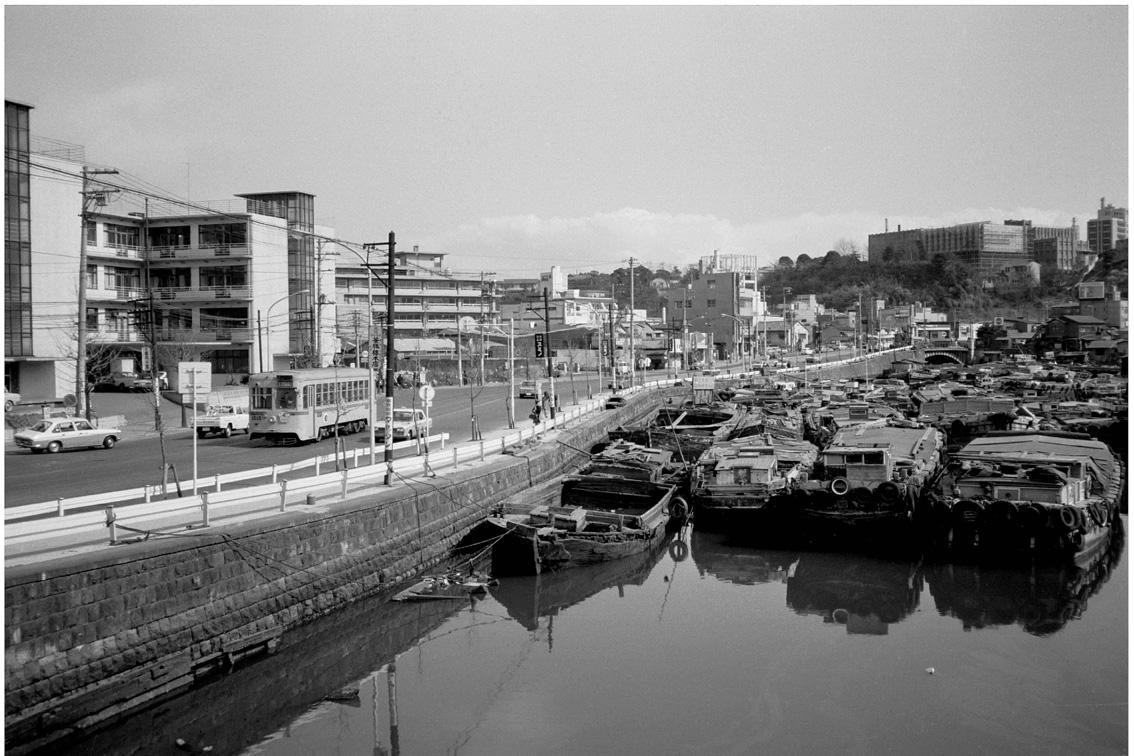 川沿いの市電